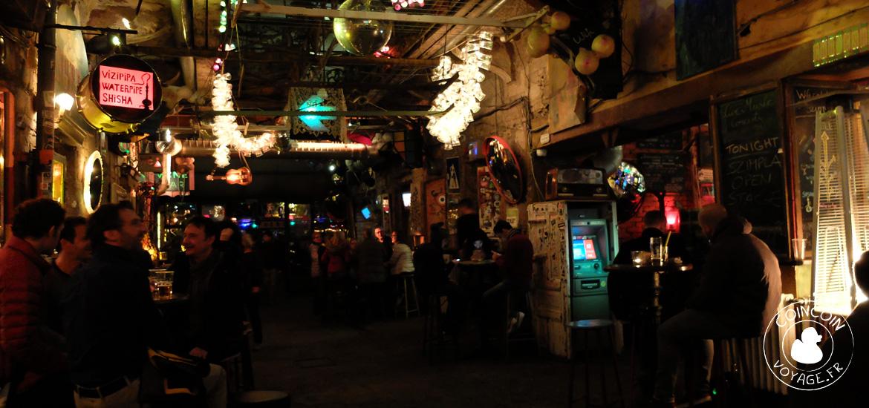 szimpla kert bar budapest interieur